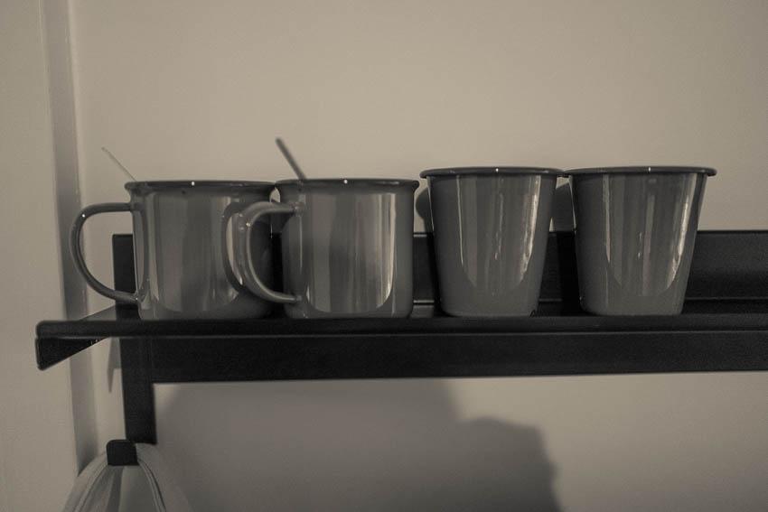Détail de mugs émaillés Ace Hotel