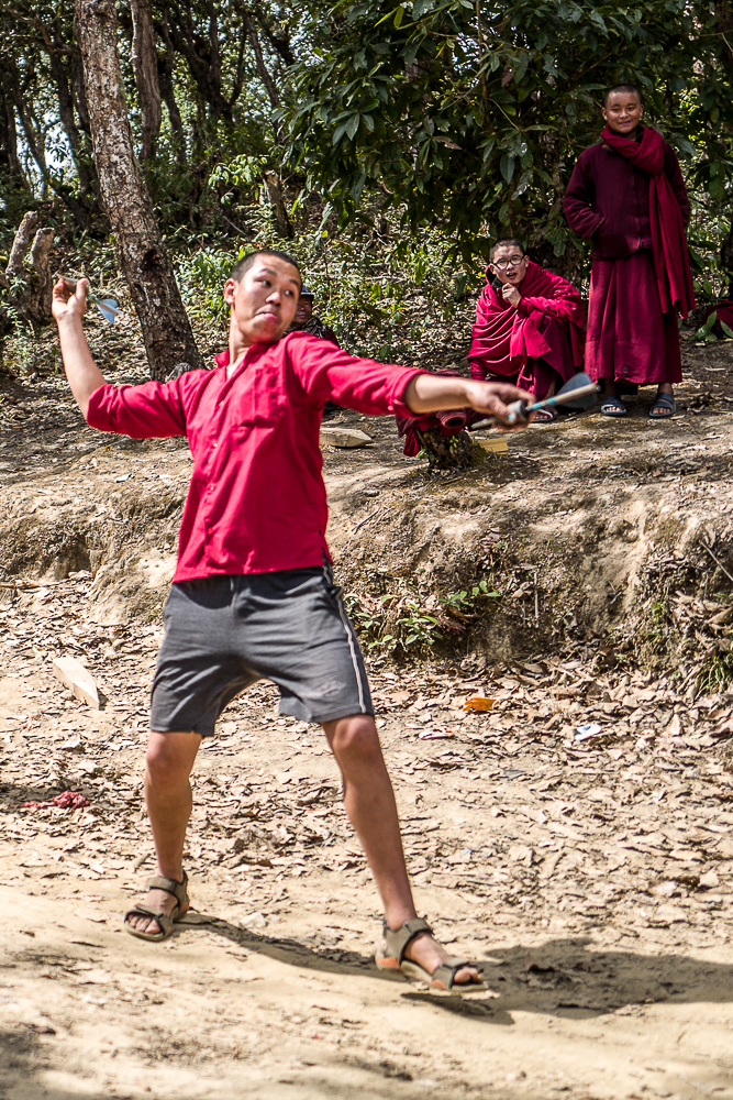 Jeux de fléchettes en forêt, leur loisir du dimanche après-midi.