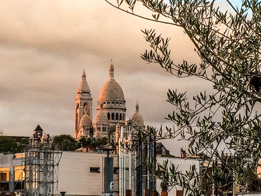 Les toits de Paris et le Sacré Coeur. Je suis Paris