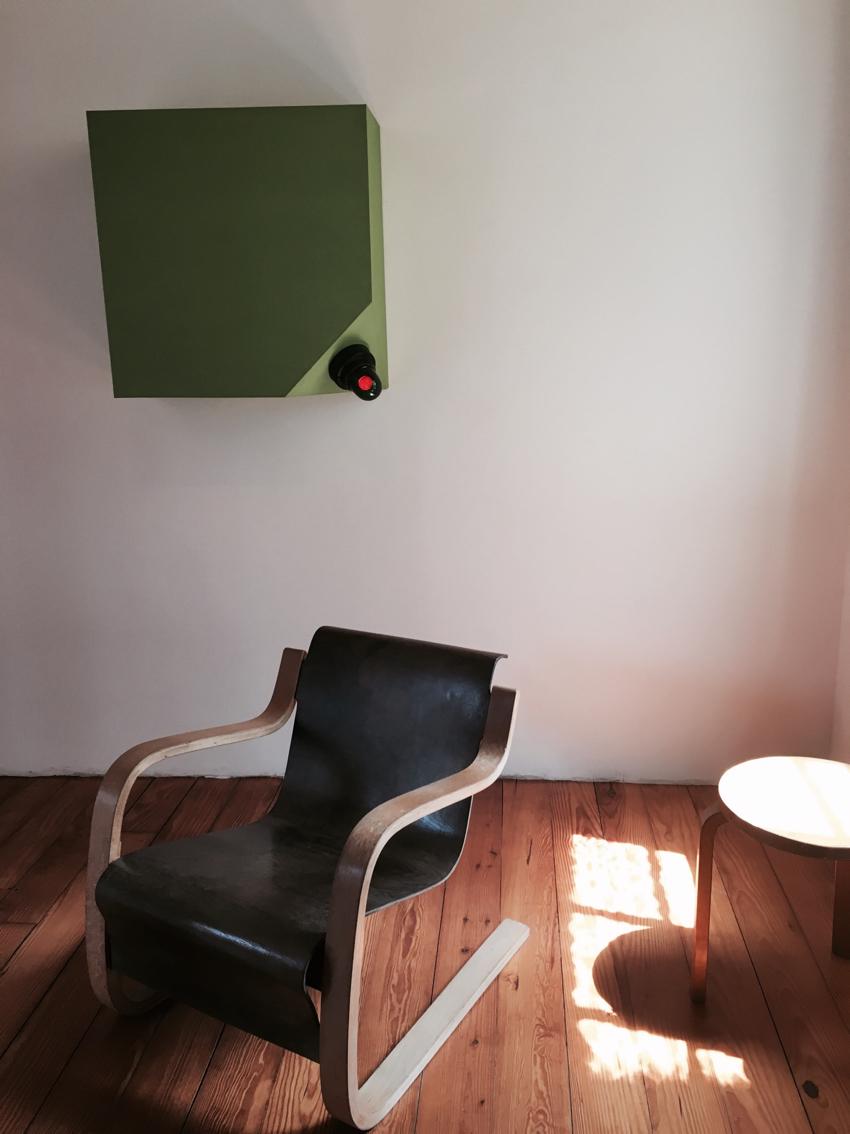 Photo volée... Mobilier Alvar Aalto . Lumière Dan Flavin